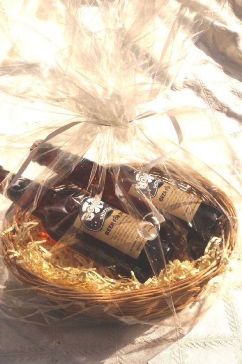 LUXURY PERSONALISED DOG BEER HAMPER BOTTOM SNIFFER DOG BEER X 2 & HEART TAG